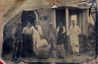 drie oud werknemers zien met de tevreden opdrachtgevers in de omgeving van Apeldoorn.